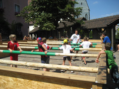 Kinder beim Human-Table-Soccer in Aktion